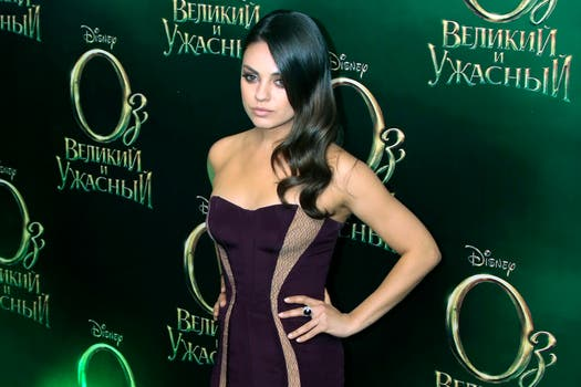 La première. Ahora de gala y glamorosa Kunis se luce en la alfombra roja del film.. Foto: AP