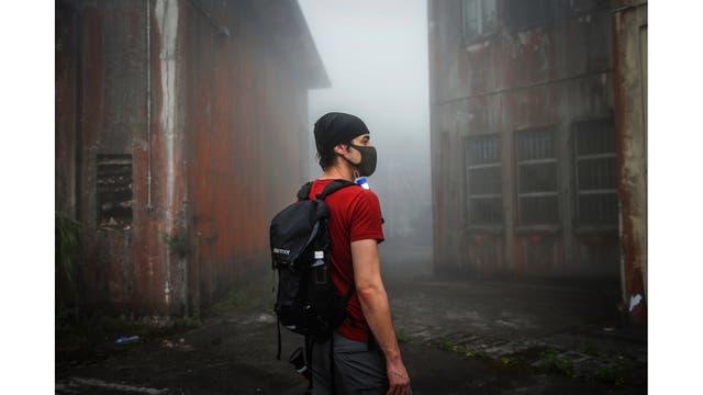 Un miembro de HK URBEX en un cuartel abandonado del ejército británico en Hong Kong