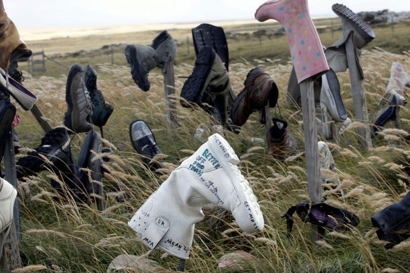 Muchos visitantes dejan sus zapatos en homenaje a los que pelearon en las islas. Foto: LA NACION / Mauro V. Rizzi