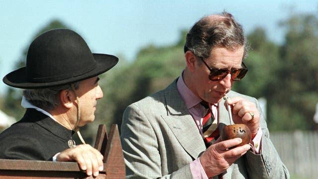 EN 1999 tomande mate con un gaucho en Uruguay