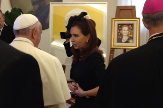 Cristina también llevó miel de productores chaqueños y una escultura de una Virgen Desatanudos. Foto: LA NACION / Elisabetta Piqué