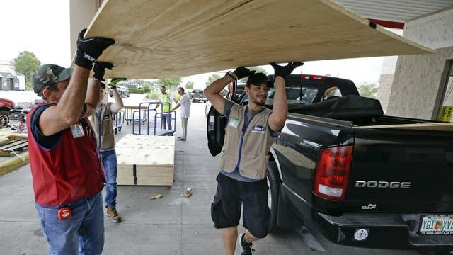Ciudadanos de Orlando se preparan para recibir al huracán