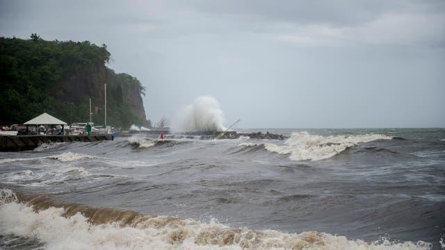 Grandes olas en Le Carbet, en la isla caribeña francesa de Martinica, después de ser golpeada por el huracán María