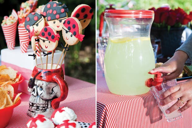 Tazas con forma de calavera, manteles (entre $25 y $35); dispenser de vidrio ($30, The Party Shop).