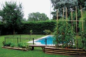 Jardín. Cajones de diferentes alturas, con cultivos que rodean la piscina. Cualquier espacio de tierra es bueno para plantar