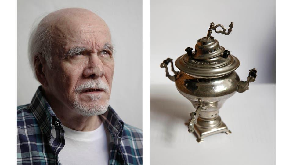 """Entre sus objetos atesorados, Abelardo Castillo cuenta con una réplica del arcón de la casa de Yásnaia Poliana, de Tolstoi. Y una réplica de un samovar. """"Me lo regaló un amigo, el escritor ruso Vladimir Vesenski"""", comenta."""