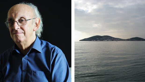 La foto. Márkaris eligió una foto de la isla Halkl, donde nació. Dice que usa esta imagen como fondo de pantalla en su computadora para no olvidar sus orígenes