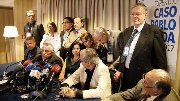 El papel del que participaron médicos, abogados y peritos forenses, ayer, al anunciar sus conclusiones