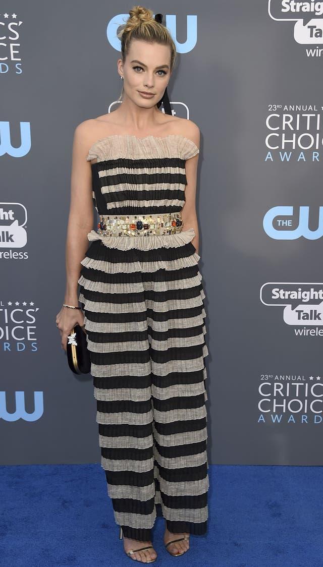 Margot Robbie se jugó con este modelo a rayas y pedrería de Chanel