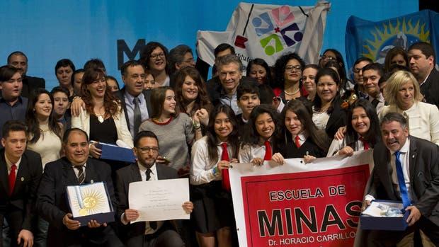 Los docentes y sus alumnos recibieron el premio de manos del presidente Macri y del ministro Finocchiaro.