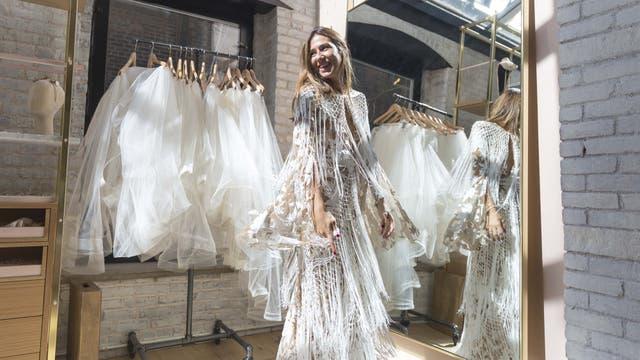 Nuestra cronista, probando diferentes modelos de vestido
