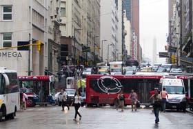 El tránsito está congestionado en el microcentro porteño por los efectos del mal olor