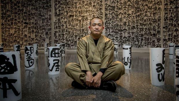 El artista, rodeado de sus obras en la sala de exposiciones del Palais de Glace