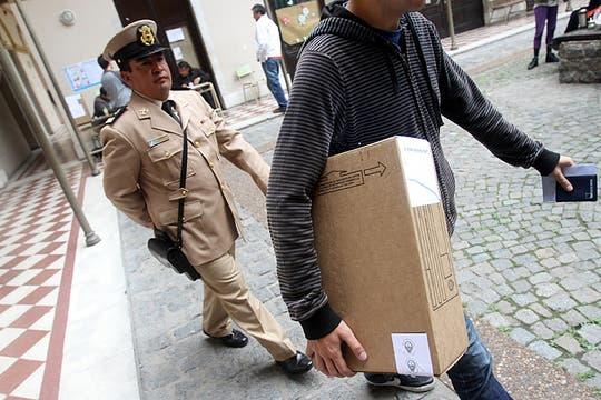 Las urnas llegan a una escuela de Buenos Aires. Foto: DyN