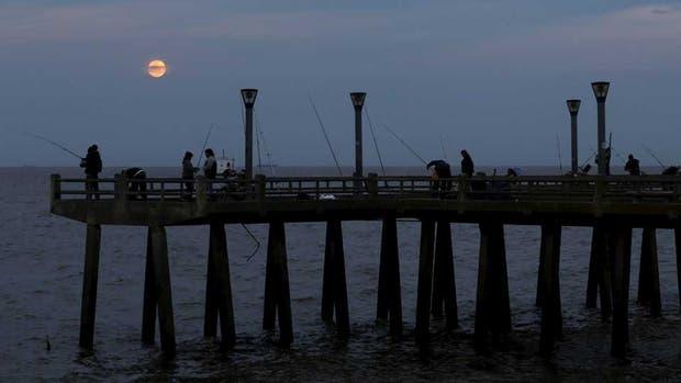 BUENOS AIRES. La Luna alcanzó la tonalidad rojiza anaranjada pasadas las 23