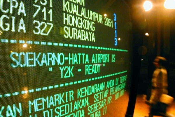 Una foto de archivo de 1999 muestra una cartelera electrónica en el aeropuerto de Indonesia, con el aviso que los sistemas se encuentran listos para el año 2000