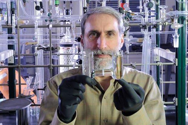 Daniel Nocera en el laboratorio del MIT