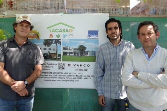 El equipo del proyecto Casa G: el arquitecto Juan González Calderón, Charly Karamanian y el arquitecto Guillermo Vazquez de Novoa.