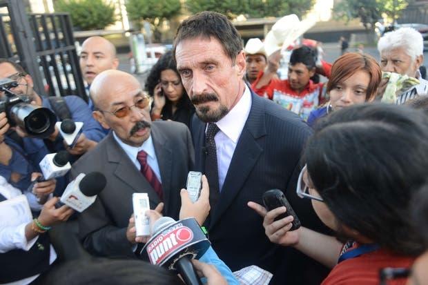 John McAfee responde preguntas de la prensa en Guatemala junto a su abogado Telésforo Guerra, tras estar ausente en las últimas semanas luego del asesinato de su vecino y compatriota Gregory Faull