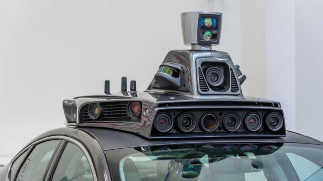 Cámaras, radares láser, antenas de GPS y otros sensores determinan la posición del auto y de los objetos que lo rodean