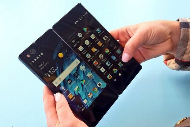 Presentaron un smartphone con pantalla doble plegable