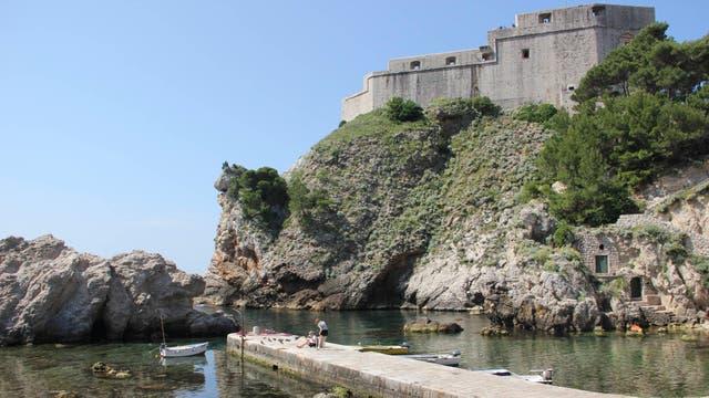 En la cima de un acantilado, el fuerte de Lovrijenac, conocido como el Gibraltar de Dubrovnik