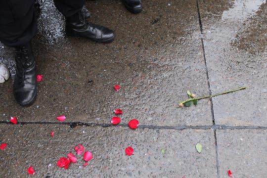 Desde la salida de la casa Rosada hasta la llegada al Aeroparque metropilitano, el cortejo, que llevaba los restos de Néstor Kirchner, estuvo acompañado por gestos de cariño y un profundo dolor. Foto: LA NACION / Silvana Colombo
