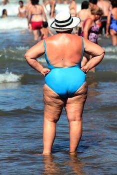 Una mujer disfruta del mar  en La Felíz. Foto: lanacion.com / Matías Aimar