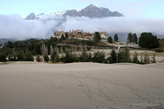 Campo de golf del hotel Llao-Llao cubierto de cenizas del volcán de Chile Puyehue. Foto: AFP