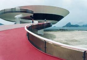 La soberbia curva del museo realza el efecto del paisaje brasileño