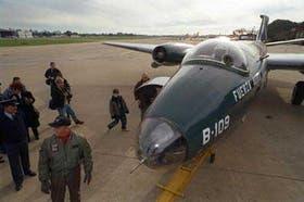 Más de 2000 personas presenciaron la llegada del bombardero Canberra B109 al Aeroparque porteño