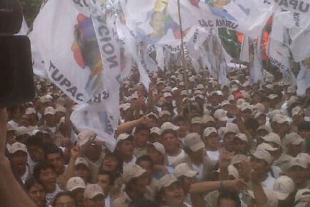 La multitud de los afiliados a la Agrupación Tupac Amaru llevó banderas y cantó para recibir al titular del Afsca, Martín sabatella