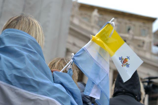 Banderas de Argentina y del Vaticano flamearon en la Plaza San Pedro, durante el Angelus