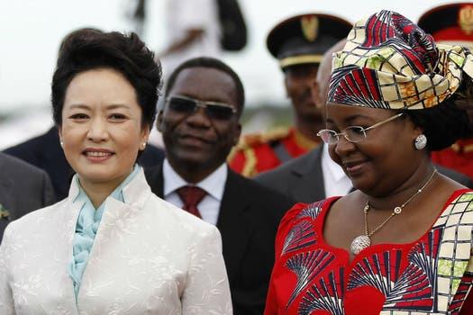 Peng Liyuan junto a su par de Tanzania, Salma Kikwete. Foto: Reuters