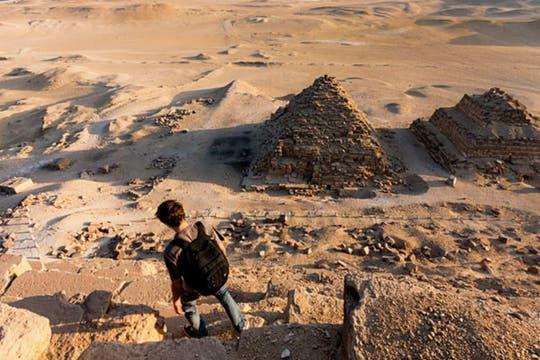 Un grupo de tres fotógrafos rusos esperó a que la seguridad retire al último turista para trepar la Gran Pirámide de Kepos, en Egipto para tomar grandes imágenes del atardecer y norcturnas. Foto: http://mister-marat.livejournal.com/