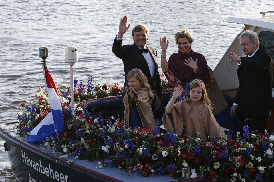 Guillermo, Máxima y sus hijas pasearon en bote. Foto: /AP