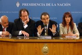 Otros tiempos. Jorge Brito junto a Guillermo Moreno, al presentar un plan para inquilinos en 2006