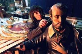 Cristina Lancellotti restaura la imagen de San Felipe Neri, en la Manzana de las Luces