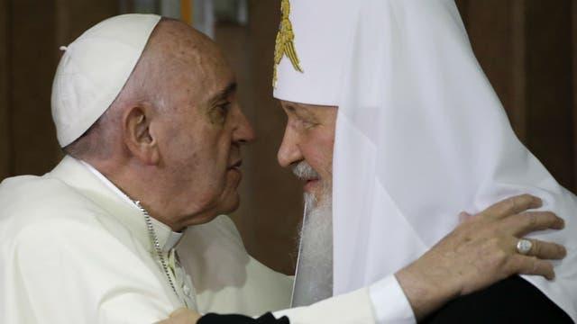 El papa Francisco y Kirill se funden en un abrazo