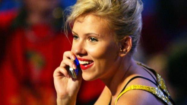 La actriz Scarlett Johansson es una de quienes ha sido vista con un teléfono de tapa