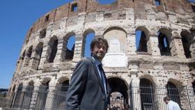 El ministro de Cultura italiano posa frente al Coliseo, en Roma, que exhibe desde hoy la luminosidad y esplendor originales en su fachada, después de que se haya completado la primera fase del proyecto de restauración