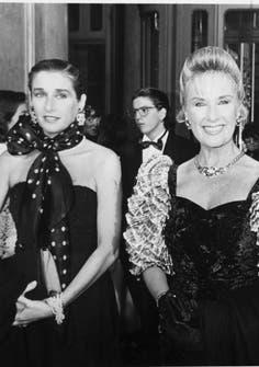 Escoltada por su hija Marcela en una gala en el Teatro Colón, en 1981