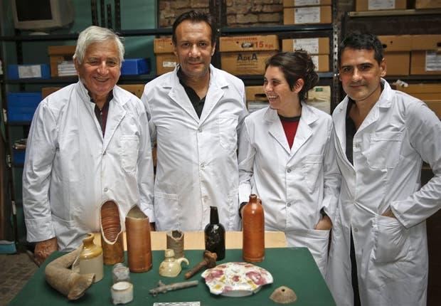 Mario Silveira, Ricardo Orsini, María Bernat y Horacio Padula, antropólogos urbanos, con parte de la historia