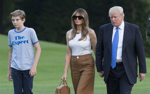 Trump pasea con su mujer, Melania, y Barron, el hijo de la pareja, por los jardines de la Casa Blanca