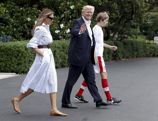 Trump, junto a Melania y Barron, camino al helicóptero que ayer los trasladó hasta Camp David