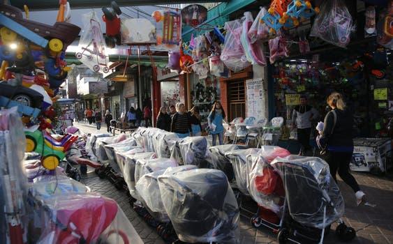 """Laferrère. En la Avenida Luro al 6000, el mayor centro comercial de La Matanza, por el que todos los días pasan miles de personas; la contracara es que barrabravas cobran un """"impuesto"""" a los locales. Foto: Fabián Marelli"""