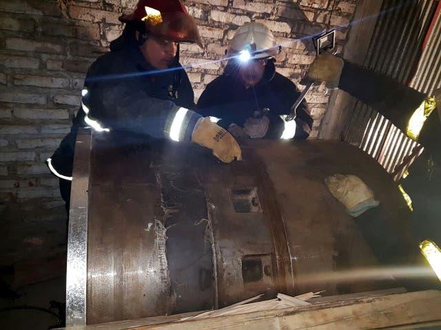 Los bomberos demoraron varias horas para abrir los cilindros de acero bobinado