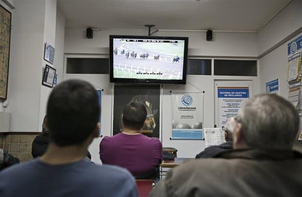 Algunas agencias de Lotería cuentan con salas para que los apostadores de turf puedan seguir las carreras