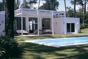 Una casa minimalista y con diseño luminoso a la sombra de los pinos