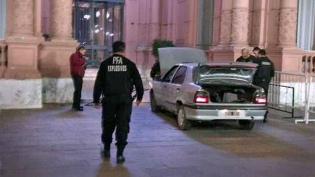 El vehículo con que el hombre chocó contra un portón de la Casa Rosada
